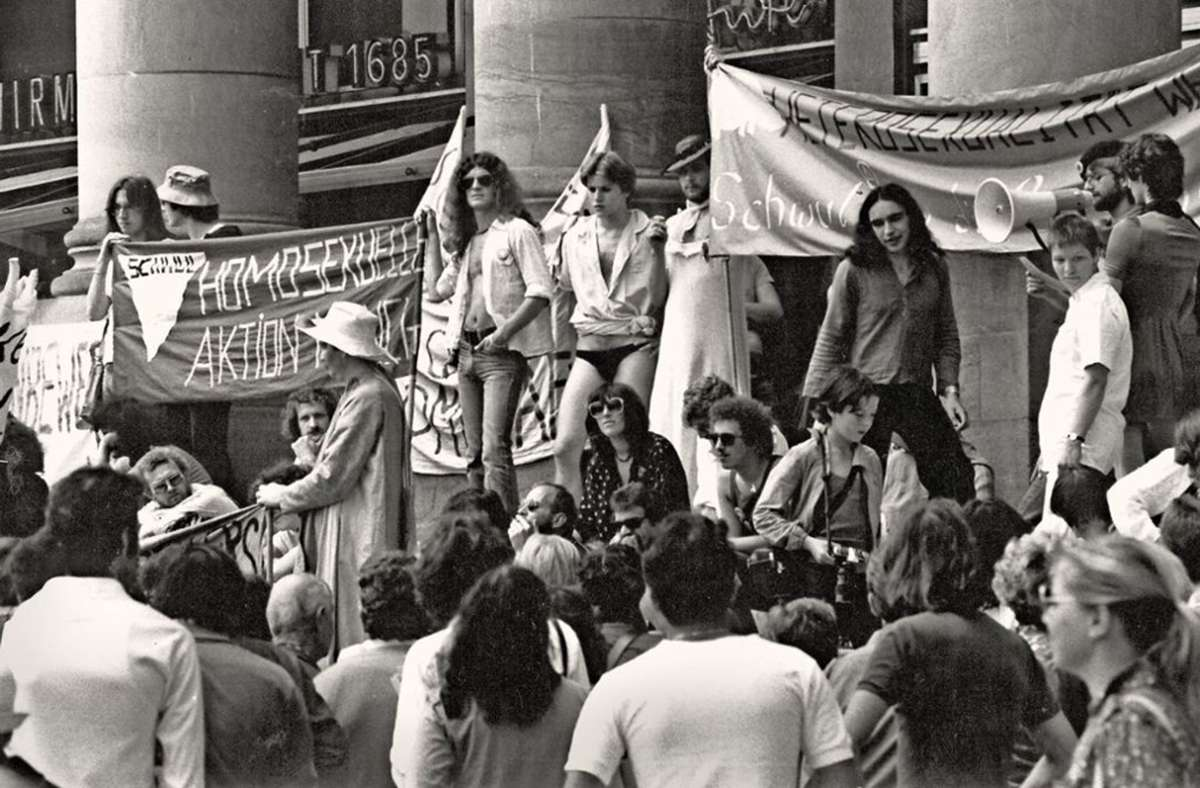 """Demonstration im Jahr 1979 am """"Homobefreiungstag""""  für die Rechte von Schwulen in Stuttgart. Foto: Uli Kraufmann"""