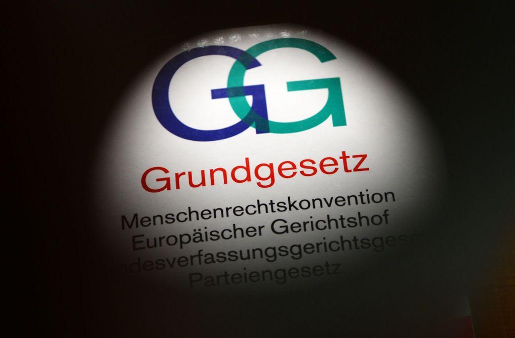 Das  Grundgesetz ist die geltende Verfassung der Deutschen. Beschlossen wurde das Grundgesetz am 23. Mai 1949, einen Tag später trat es in Kraft Foto: dpa