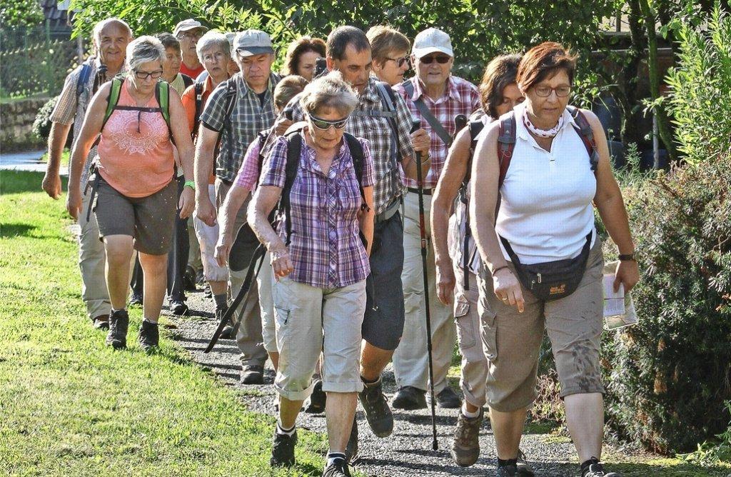 """Auf Los geht's los: Die Wandergruppe macht sich auf den Weg, eine echte """"Grenzerfahrung"""" zu erleben. Foto: factum/Bach"""
