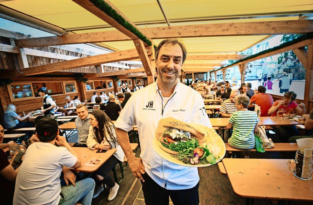 Jürgen Hess, Küchenchef im Göckelesmaier-Zelt, hat einen vegetarischen Burger im Angebot. Foto: