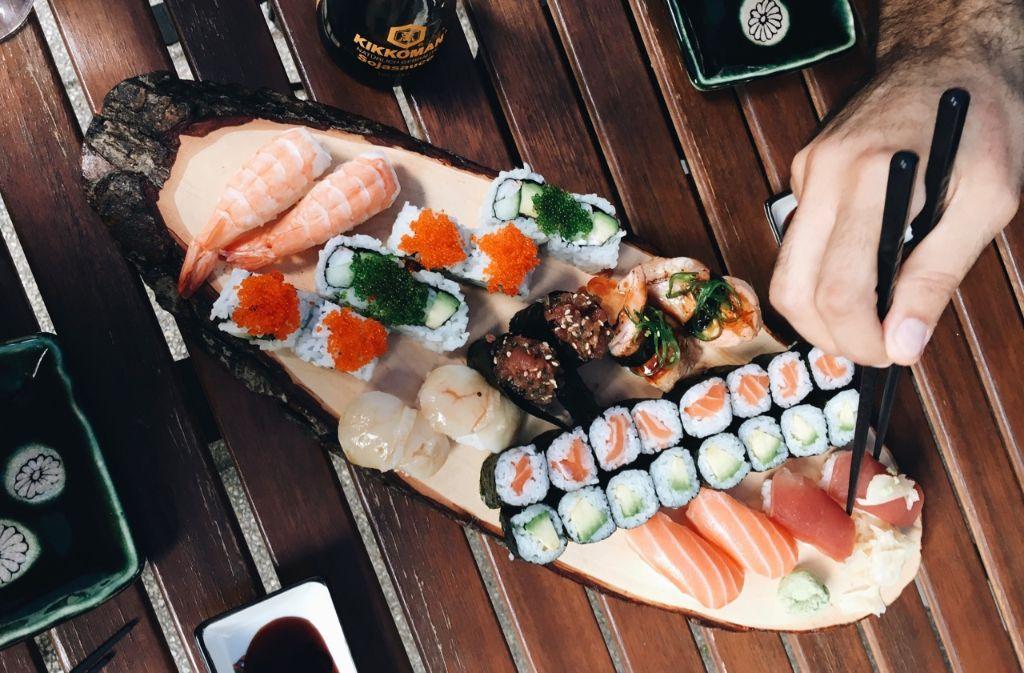 Yummy, Sushi kann so lecker sein - so wie im Shima (Olgastraße 86) im Heusteigviertel zum Beispiel. Foto: Tanja Simoncev