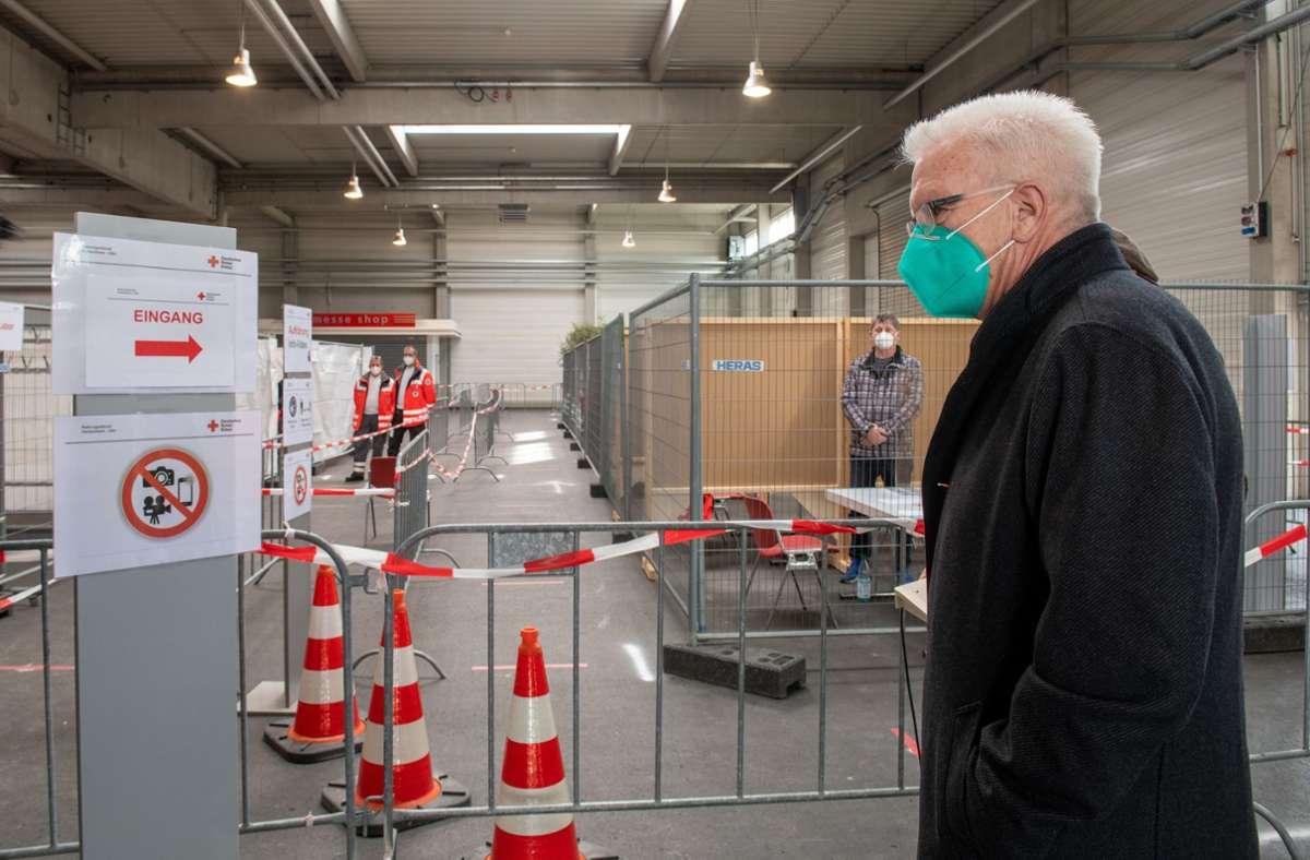 Winfried Kretschmann war am Samstag im geplanten Impfzentrum in der Messe Ulm. Foto: dpa/Stefan Puchner