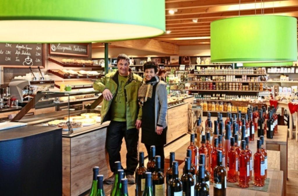 Wo Weinflaschen aufgereiht sind, war  Platz zum Sitzen: Frank Scheuler und die Geschäftsführerin Christine Spreng. Foto: factum/Granville