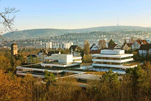 Weiße Alufassaden und schwarzprofilierte Fensterbänder prägen das Bild der umgebauten Schule. Foto: Markus Guhl/Wulf Architekten