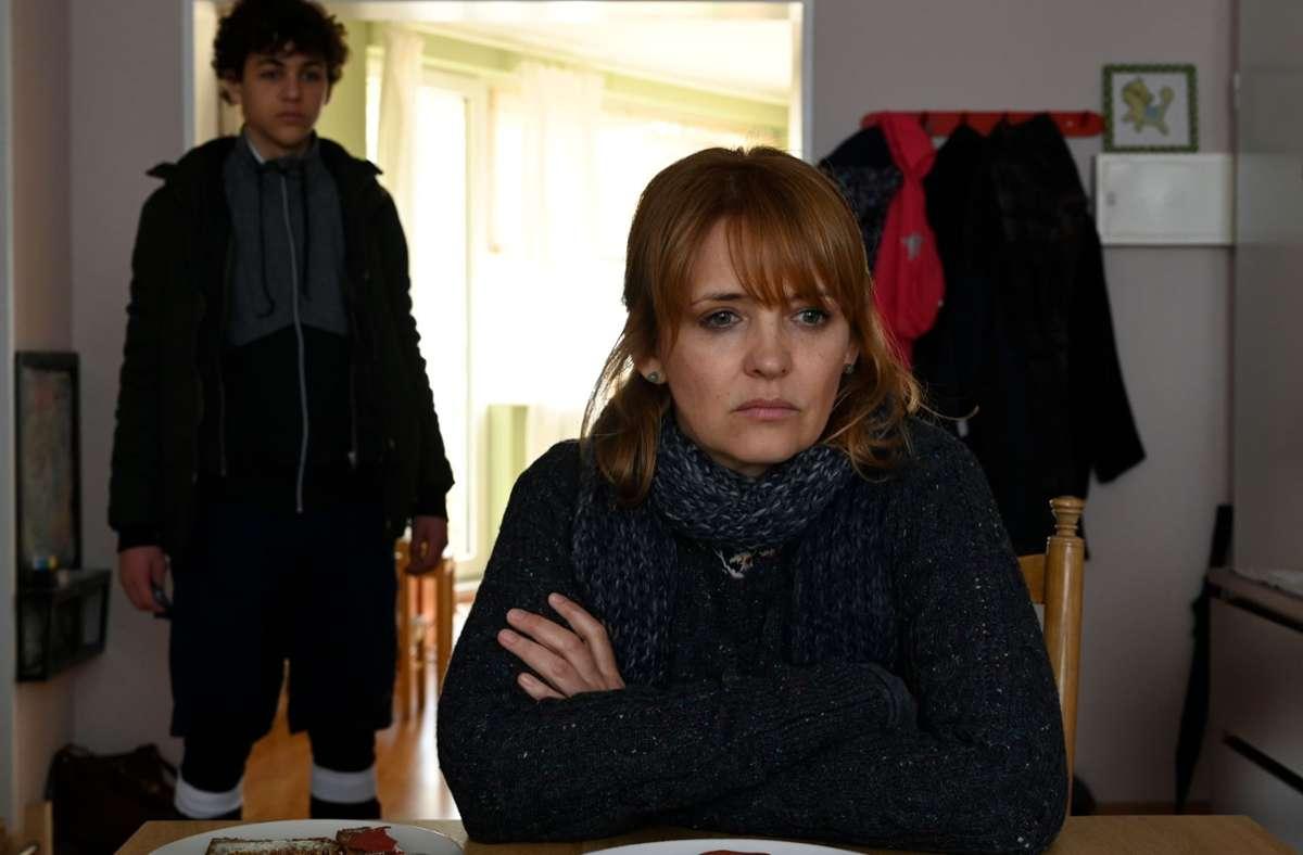Die alleinerziehende Nele (Laura Tonke) erkennt ihren eigenen Sohn Jakob (David Ali Rashed) kaum wieder. Foto: ZDF/Christiane Pausch