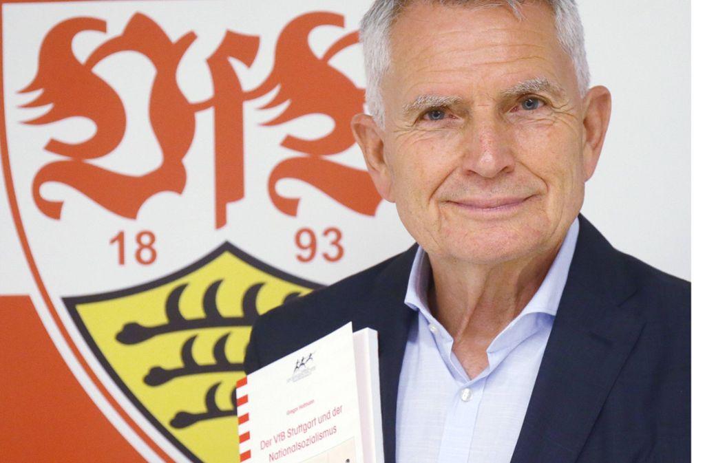 VfB-Präsident Wolfgang Dietrich präsentiert das Forschungsergebnis. Foto: imago sportfotodienst