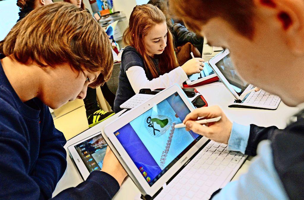 Computer, iPad und Co.  sind im Unterricht wichtig, aber auch teuer. Einige Kommunen können in der Digitalisierung nur schwer Schritt halten. Foto: dpa
