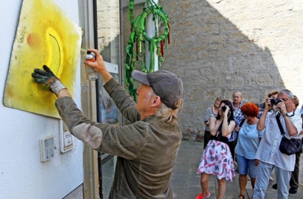 Im Handumdrehen hat der Kölner Spraykünstler Thomas Baumgärtel der Zehntscheuer eines seiner weltweit berühmten  Symbole verpasst. Foto: factum/Granville