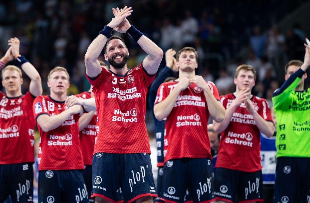 Flensburgs Abwehrchef Tobias Karlsson (Mitte) und seine Teamkollegen feiern den Sieg im Spitzenspiel bei den Rhein-Neckar Löwen. Foto: Getty