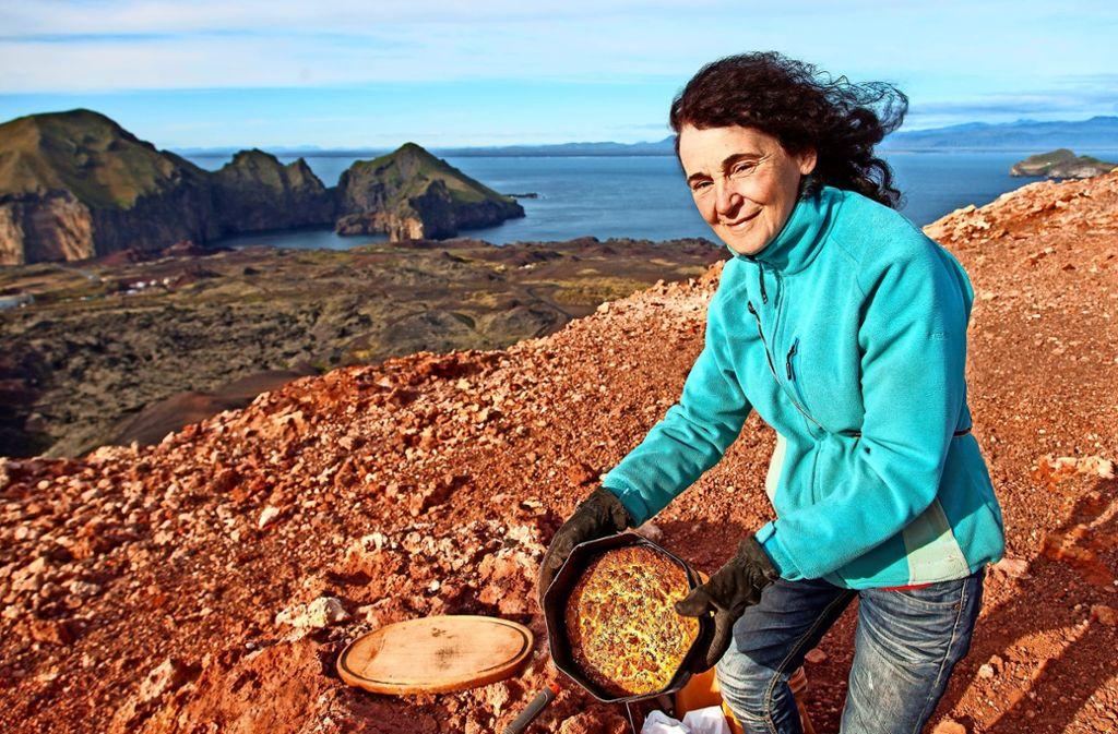 Die gebürtige Degerlocherin Ruth Zohlen backt als eine der Letzten ihr Brot nach alter Tradition: nämlich in der heißen Vulkanerde  auf  der  isländischen Insel Heimaey. Foto: Pascal Frai