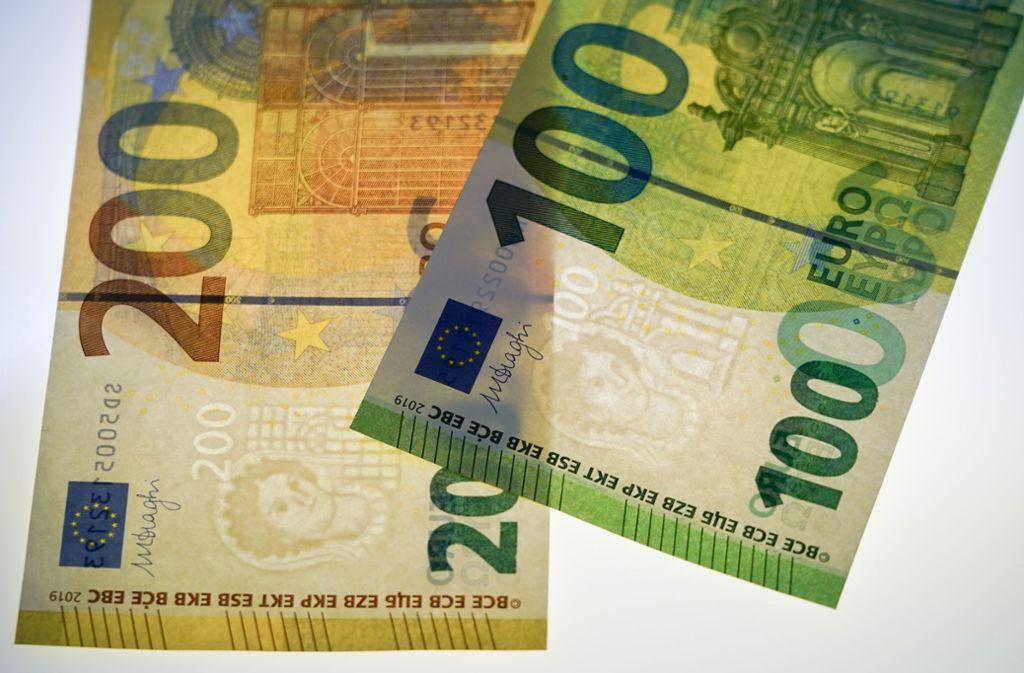 Zwei neue Euro-Scheine sind ab Dienstag im Umlauf. Foto: dpa