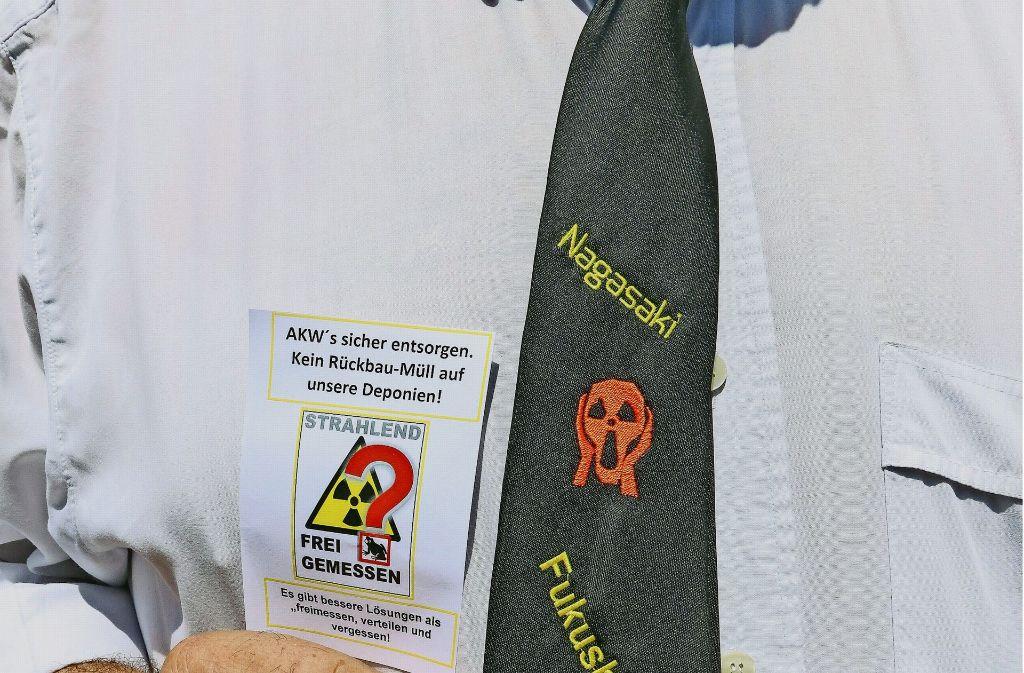 Kritik mit Schlips: So demonstrierte ein Gegner der Atomschutt-Ablagerung am Freitag vor dem Kreishaus. Foto: factum/Granville