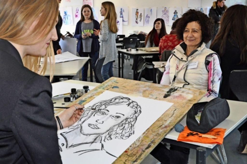 Auch Porträtzeichnen gehört zu den Grundkenntnissen an der Akademie für Kommunikation und Gestaltung. Foto: Linsenmann