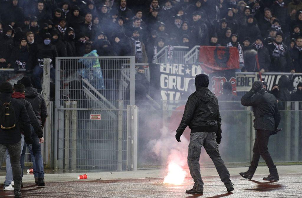 Beim Europa-League-Spiel Lazio Rom gegen Eintracht Frankfurt kam es zu hässlichen Szenen. Foto: AP