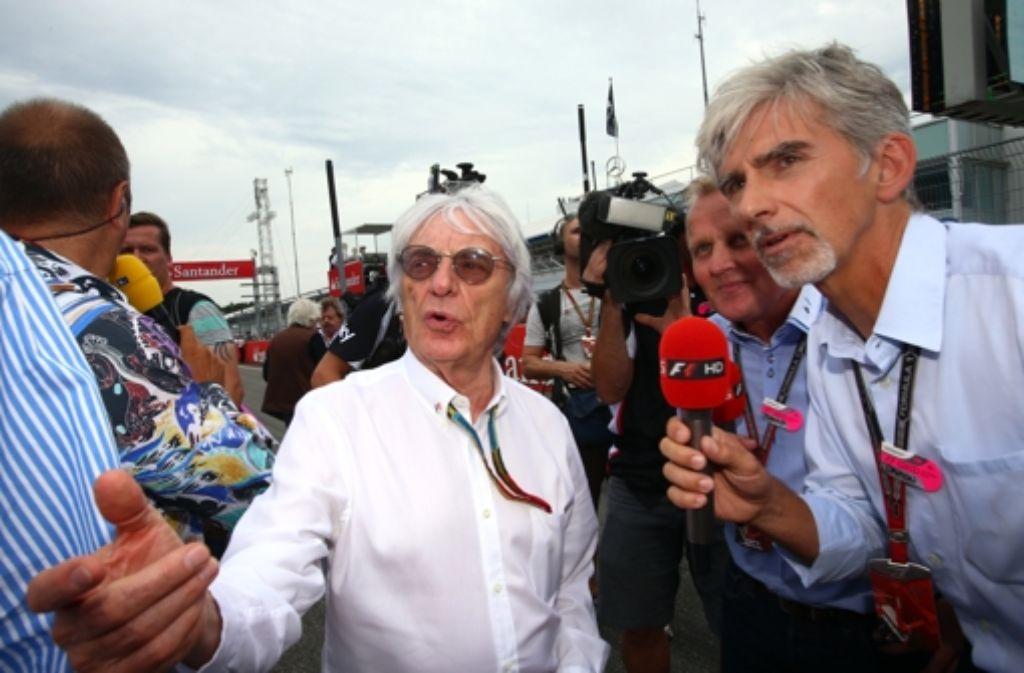 Bernie Ecclestone mäkelt an den soundarmen Motoren herum. Foto: dpa
