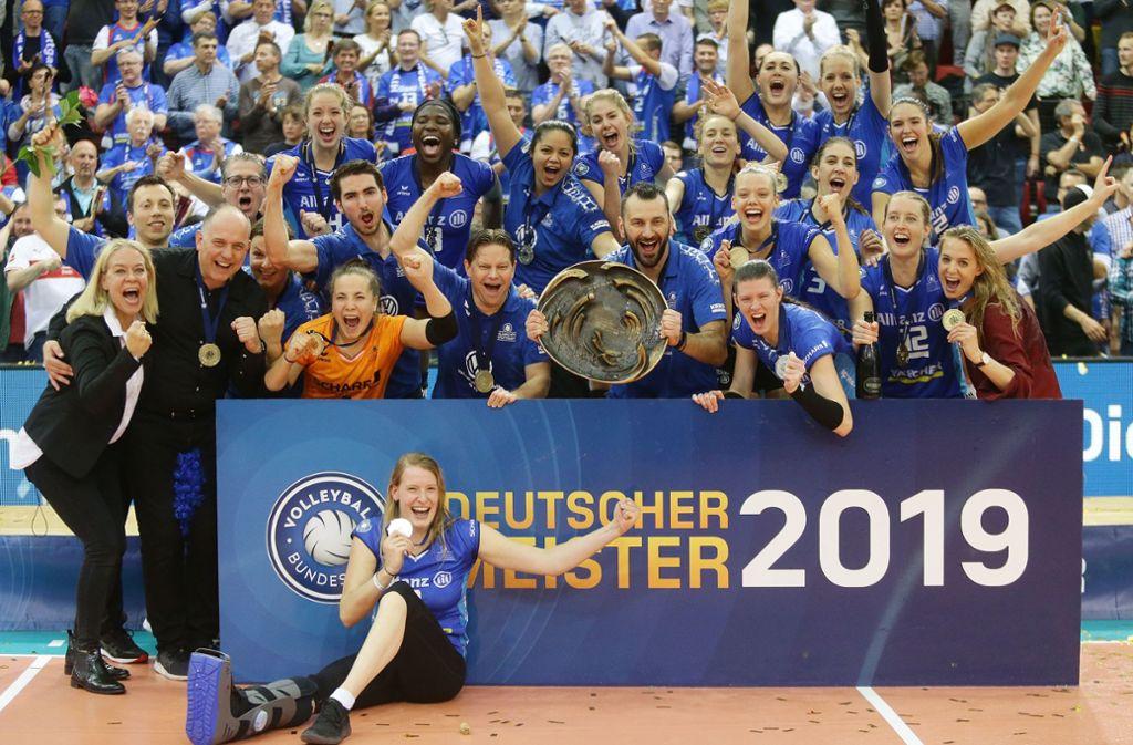 Endlich Meister! Das Erfolgs-Team von Allianz MTV Stuttgart feiert den ersten DM-Titel der Vereinsgeschichte. Foto: Baumann