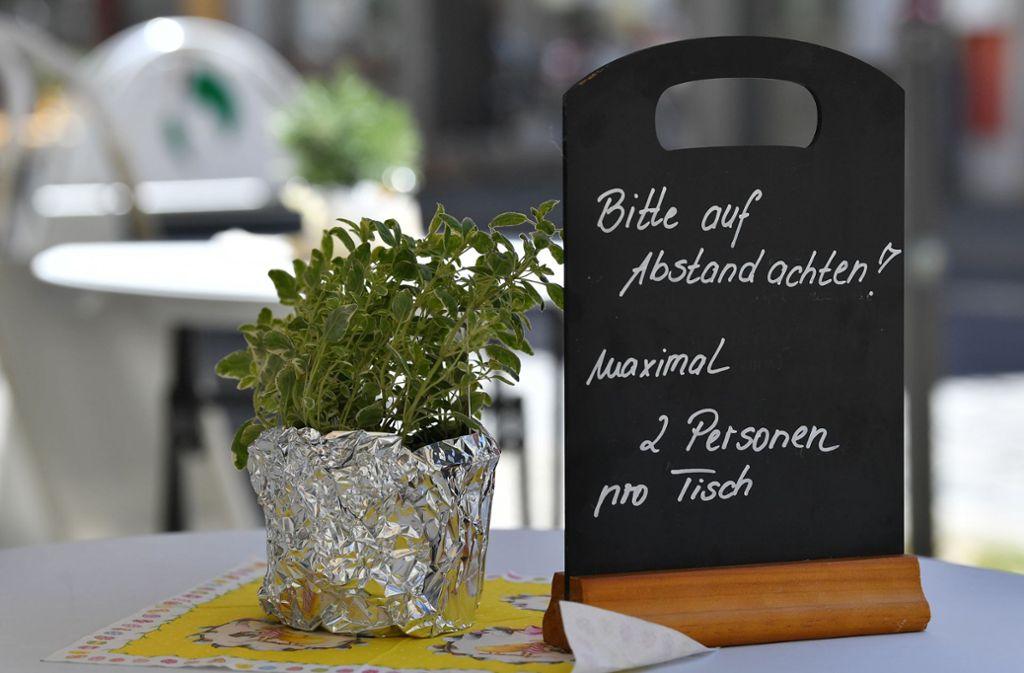 Betreibern von Speisegaststätten ist mittlerweile eine Außenbewirtschaftung erlaubt, nun sollen Bars und Kneipen nachziehen dürfen. (Symbolfoto) Foto: dpa/Martin Schutt