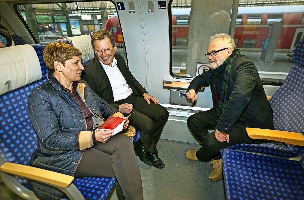 """Nicole Razavi (CDU), David Weltzien (DB Regio) und Gerhard Schnaitmann (Verkehrsministerium, von links) sprechen  während einer """"rollenden Pressekonferenz"""" in einem Interregio auf der Filstalbahn über das  Ausfall- und Verspätungschaos der Filstalbahn. Foto: Horst Rudel"""