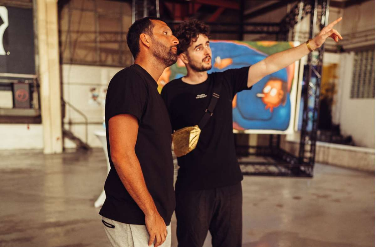Künstler Tim Bengel (rechts) mit dem früheren Fußballprofi Kevin Kuranyi im Showroom seines  Studios Berkheim. Foto: Yannik Michael