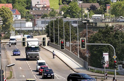 Drei Verletzte bei Unfall auf Brücke