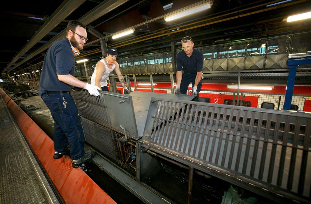 Gemeinsam Anpacken bei der Wartung der Lüftungsaggregate auf dem S-Bahn-Dach. Foto: Ines Rudel Foto: