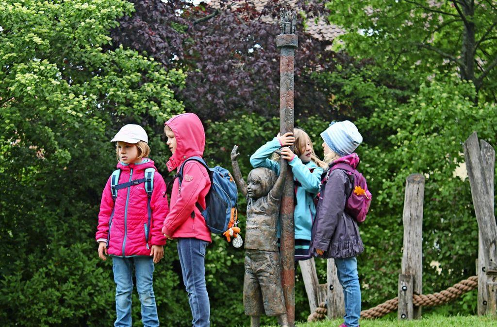 Auf dem Spielplatz am Kelterberg gab es für die Vorschulkinder des Element-i Kinderhauses Bengelbande  viel Kunst zu entdecken. Foto: Sabine Schwieder
