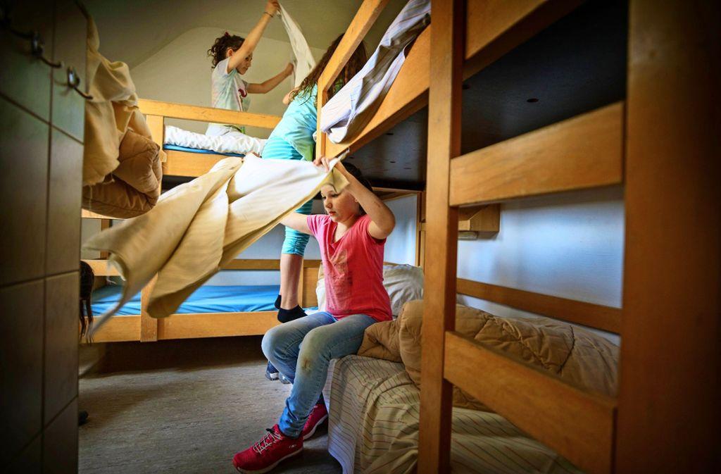Wer in einer Jugendherberge übernachtet, muss ein bisschen mithelfen – zum Beispiel beim Betten beziehen.Foto:Gottfried Stoppel Foto: