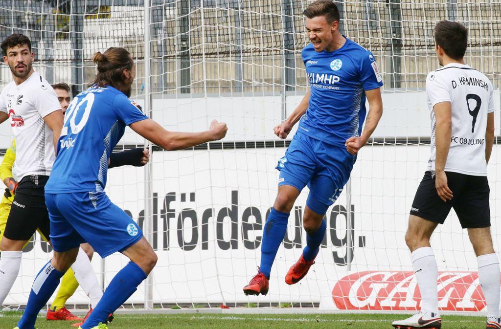 Da kommt Freude auf: Ausgerechnet im Spitzenspiel gegen seinen Ex-Club FV 08 Villingen schießt Daniel Niedermann (Mitte) sein erstes Tor für die Stuttgarter Kickers. Foto: Baumann