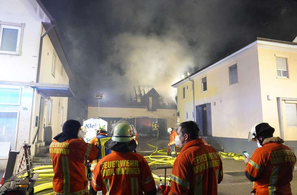 Scheunenbrand in Korntal-Münchingen: Dreiundvierzig Feuerwehrleute waren im Einsatz. Foto: Andreas Rosar/Fotoagentur-Stuttgart