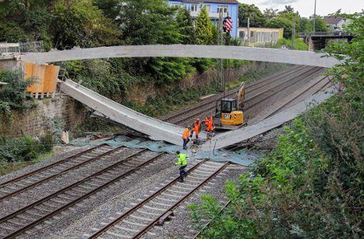 Brücke stürzt bei Abriss auf Bahnstrecke - Umleitung im Fernverkehr