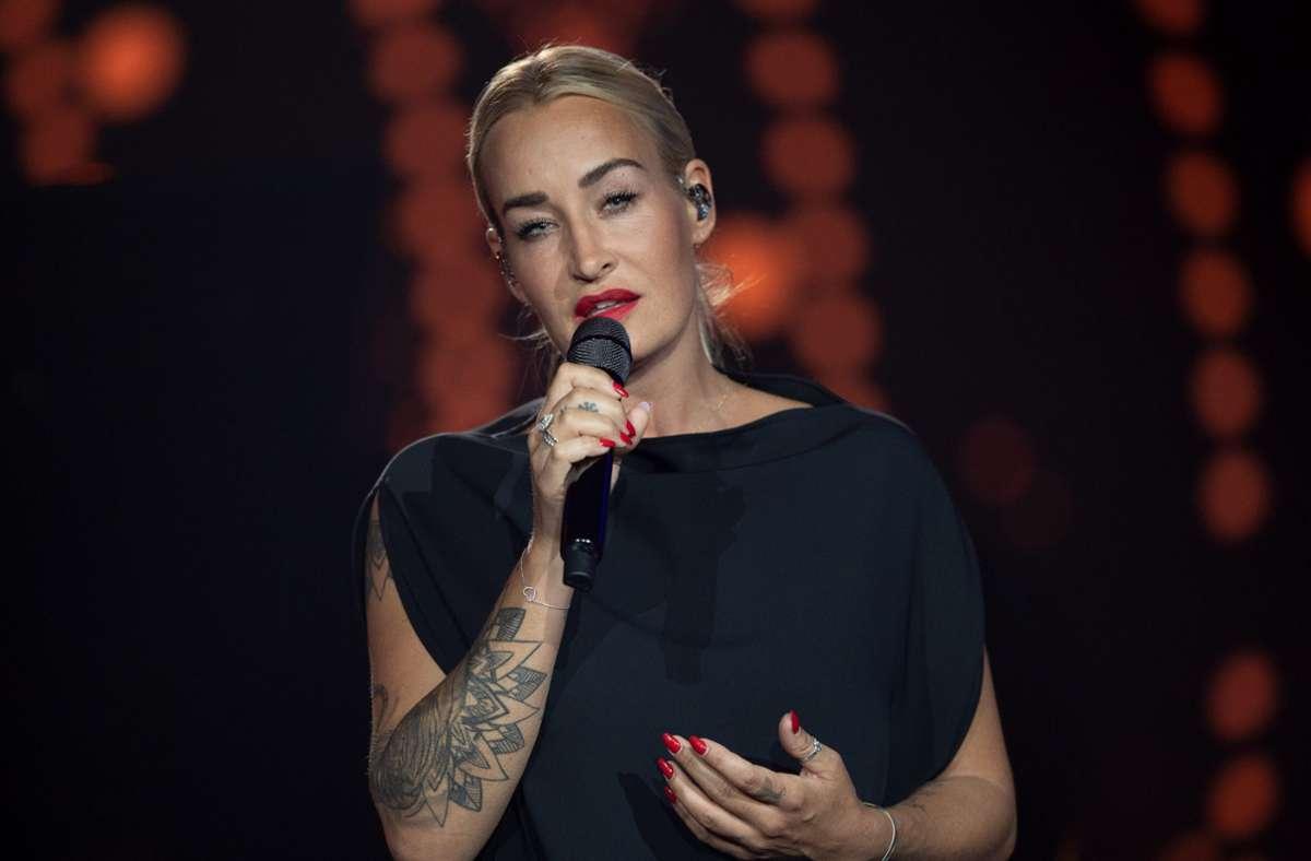 Die deutsche Sängerin Sarah Connor steht auf der Bühne der ARD-Benefizgala in Leipzig. Foto: dpa/Hendrik Schmidt