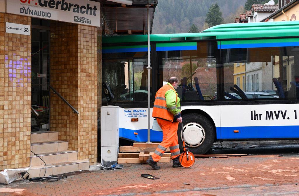 Der Schulbus war am Dienstag gegen eine Hauswand geprallt. Foto: dpa