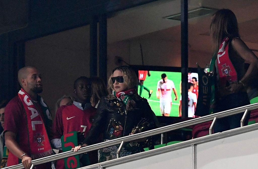 Madonna auf der Ehrentribüne beim WM-Qualifikationsspiel Portugal vs. Schweiz zwischen lauter Portugal Fans. Foto: AFP