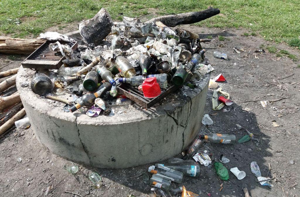"""Müllberge und zerschlagene Glasflaschen an der Grillstelle """"Zigeunereiche im Forstrevier Sauhag trüben für die Forstleute die Bilanz zum 1. Mai. Foto: Landkreis Esslingen"""