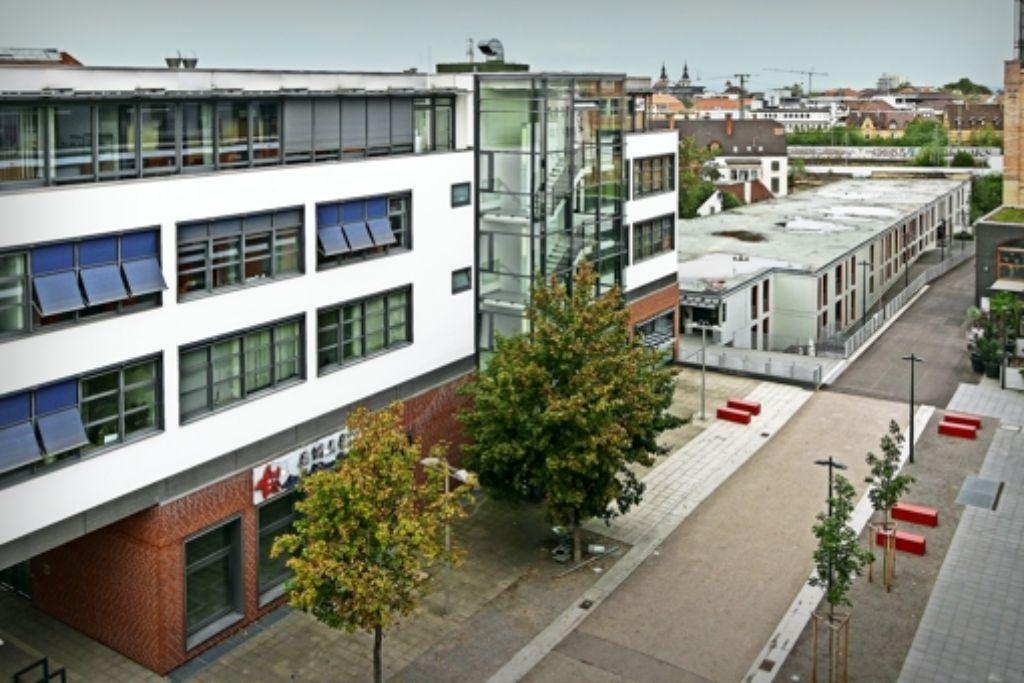 Das ehemalige Restaurant im Erdgeschoss wird zum Hörsaal,  auf dem Parkdeck (rechts)  ein  Studentenwohnheim gebaut. Foto: factum/Archiv