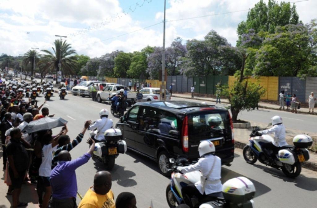 Tausende Menschen säumten die Straße, auf der der Sarg mit dem Leichnam von Nelson Mandela vom Flughafen Mthatha nach Qunu gebracht wurde.  Foto: GCIS/HANDOUT/dpa