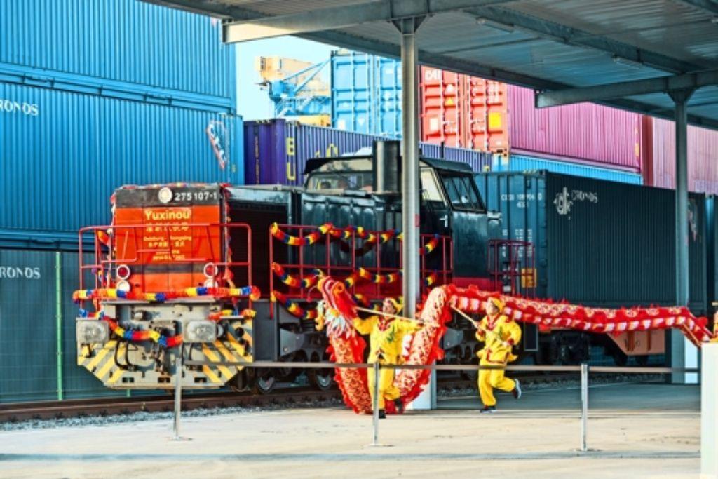 Der erste Zug von Chongqing  nach  Duisburg ist gefeiert worden.   Künftig sollen noch mehr Güterzüge zwischen Deutschland und China rollen. Foto: Getty, StZ