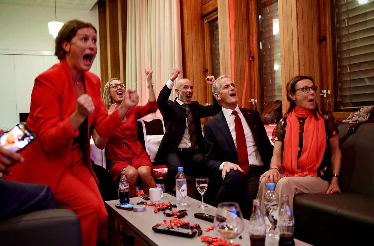 Jonas Gahr Støre (2.v.r), Vorsitzender der sozialdemokratischen Arbeiterpartei, jubelt nach der Auszählung der Wahlergebnisse. Foto: dpa/Javad Parsa