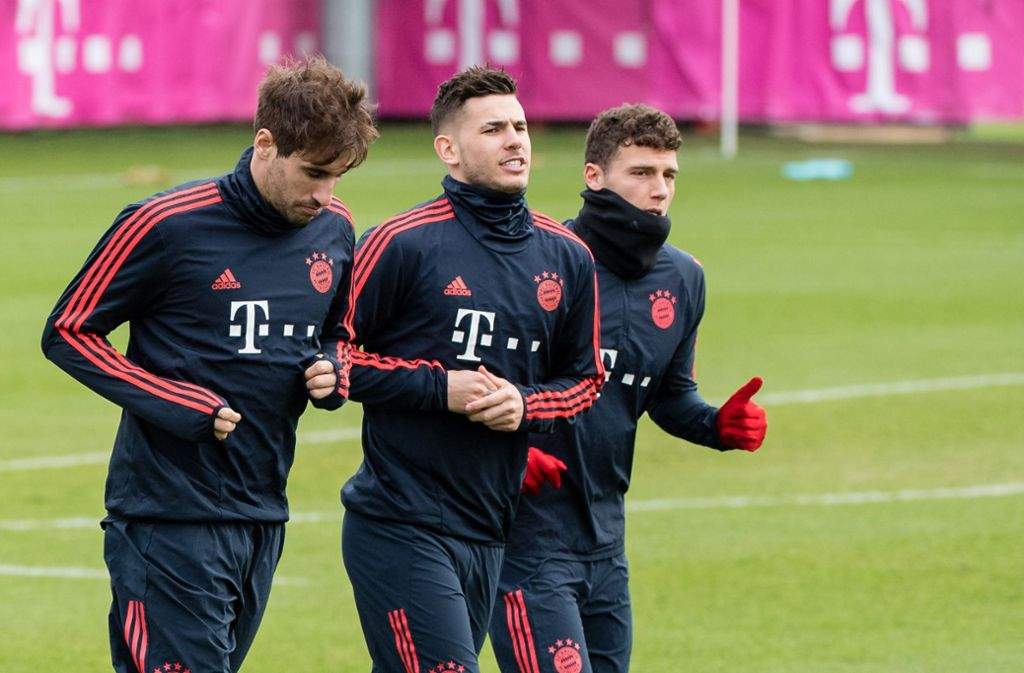 In Kleinstgruppen ist Training bei Fußball-Profis wieder erlaubt: Javi Martinez, Lucas Hernandez und Benjamin Pavard (v. li.) vom FC Bayern. Foto: dpa/Matthias Balk