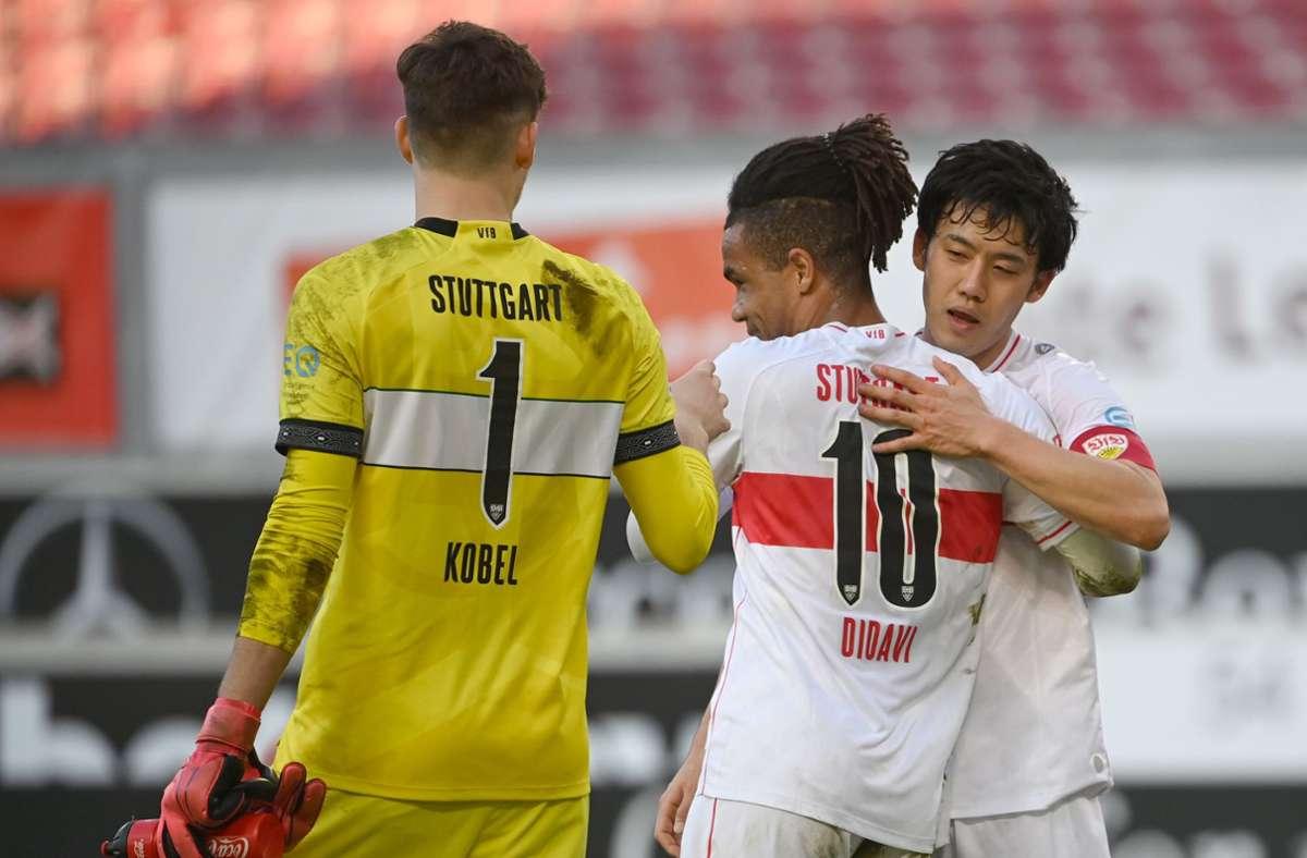Gregor Kobel, Daniel Didavi und Wataru Endo (v.l.n.r.) vom VfB Stuttgart Foto: dpa/Sebastian Gollnow