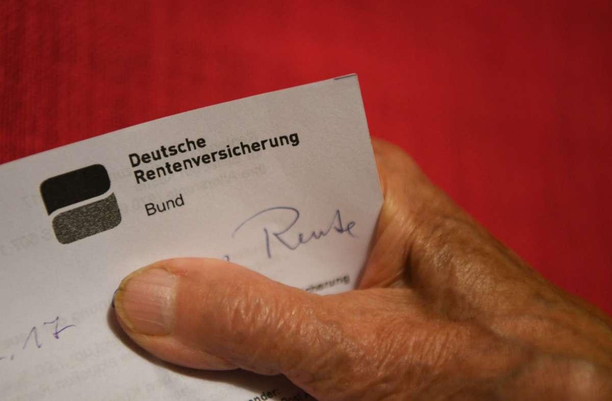 In Nordrhein-Westfalen und im Saarland bekommen Männer bundesweit die höchste Rente. Frauen dagegen haben noch immer das Nachsehen. Foto: dpa/Felix Kästle