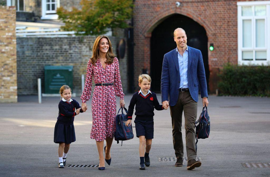 Eine noch etwas schüchterne Prinzessin Charlotte mit Mama, Herzogin Kate, ihrem großen Bruder George und Papa, Prinz William, bei ihrer Einschulung in  der Thomas's Battersea-Grundschule in London. Foto: dpa