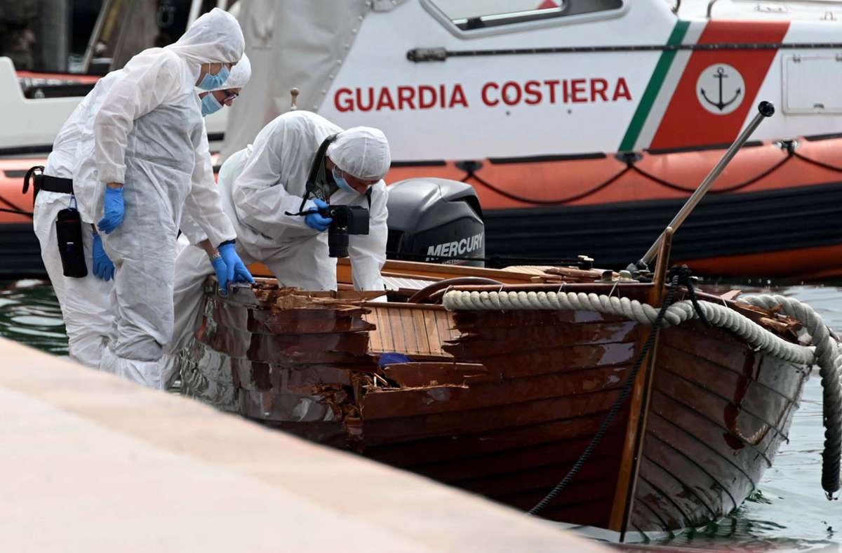 Italienische Forensiker begutachten den Schaden an einem Boot. Foto: dpa/Gabriele Strada