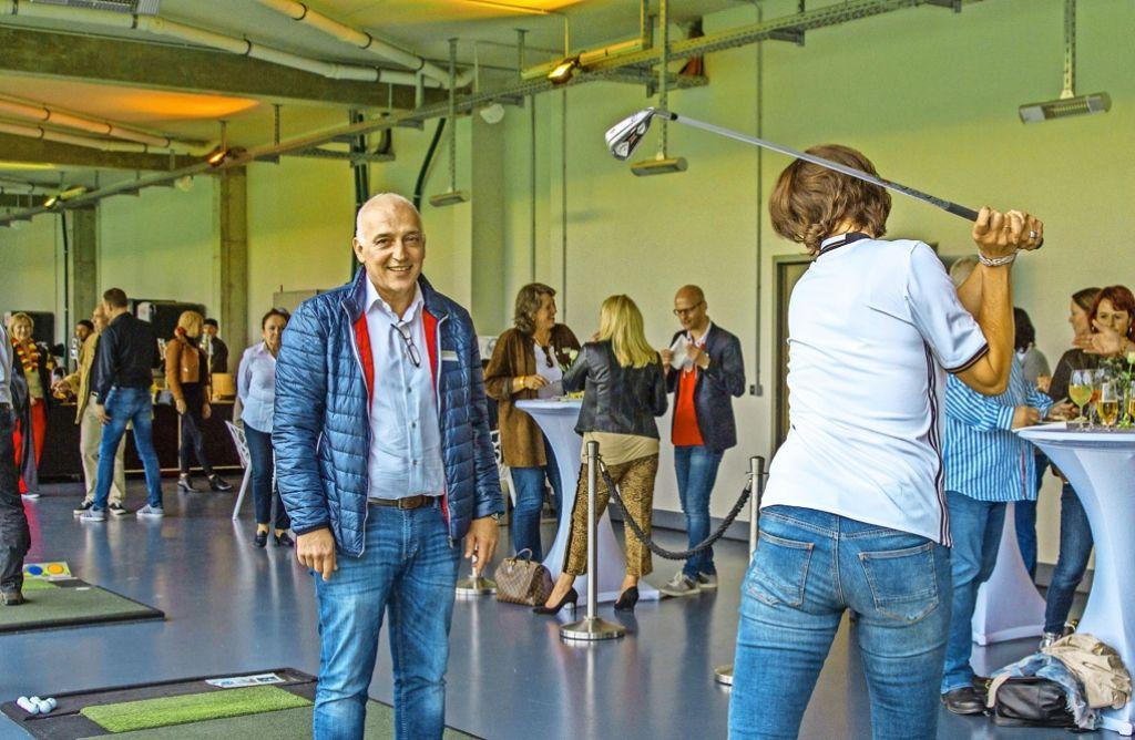 Volker Gerstenmaier überzeugt sich vom korrekten Abschlag. Foto: Lichtgut/Julian Rettig