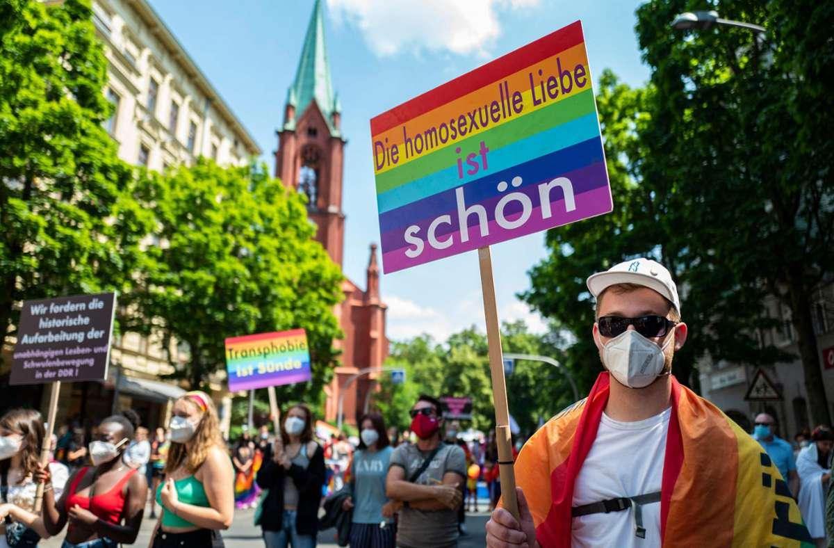 Wegen der Corona-Pandemie waren die meisten Teilnehmer beim CSD in Berlin mit Mund-Nasenschutz unterwegs. Foto: AFP/JOHN MACDOUGALL