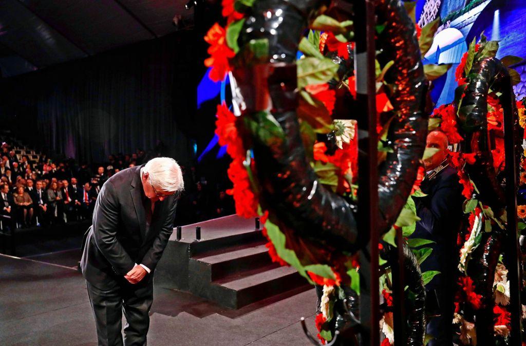 Bundespräsident Frank-Walter Steinmeier legt in Yad Vashem einen Kranz nieder. Foto: AFP/Ronen Zvulun