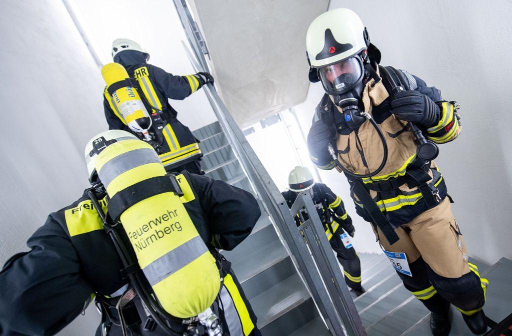 Besonders schwer war es für die Teilnehmer im Feuerwehrlauf: Sie absolvieren ihre Treppensprints in kompletter Feuerwehrmontur, teils mit Pressluftatemgerät. Foto: dpa