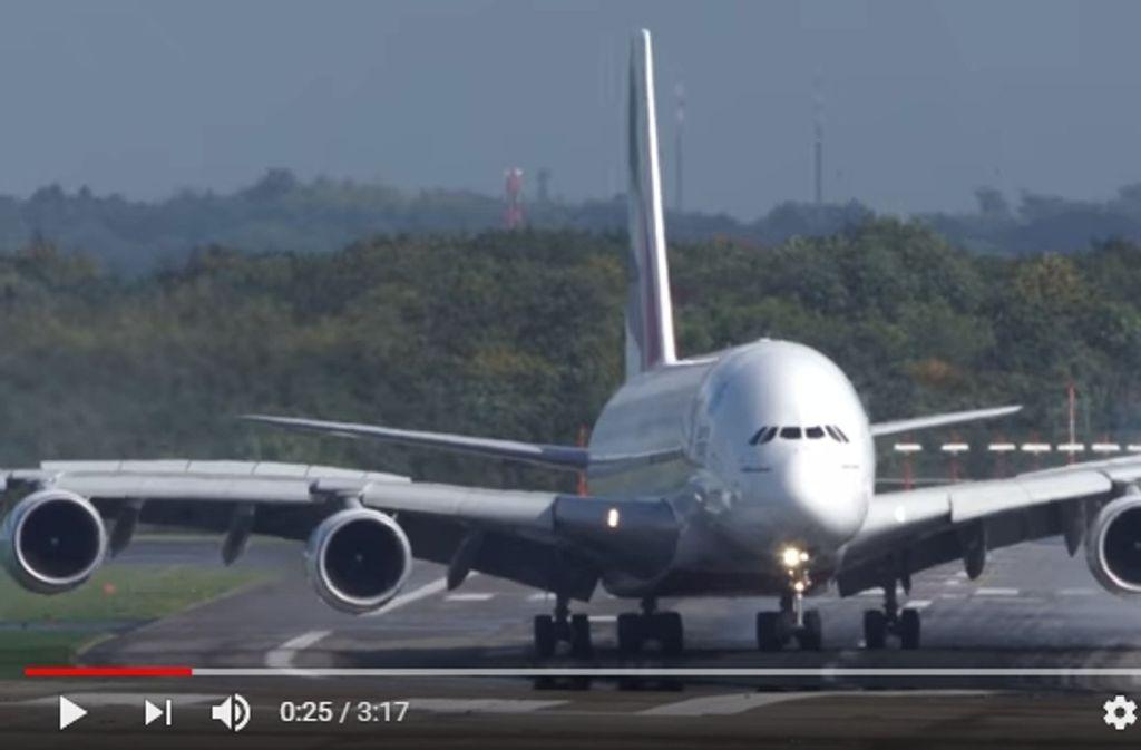 Sturm 'Xavier' reißt Airbus bei Landung in Düsseldorf hin und her