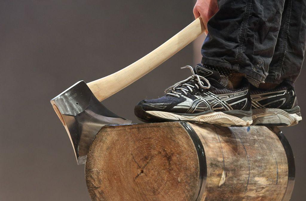 Für gewöhnlich sind Äxte bei Holzfällarbeiten im Einsatz. Zu welchem Zweck stahlen unbekannte Täter zwei Äxte in Stuttgart-Möhringen? (Symbolfoto) Foto: Pressefoto Baumann