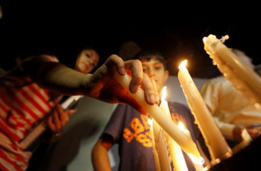 Angehörige trauern um die Opfer der Anschläge in Bagdad. Foto: AP